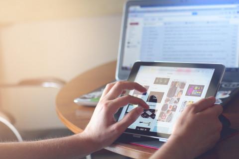 foto van persoon die tablet gebruikt